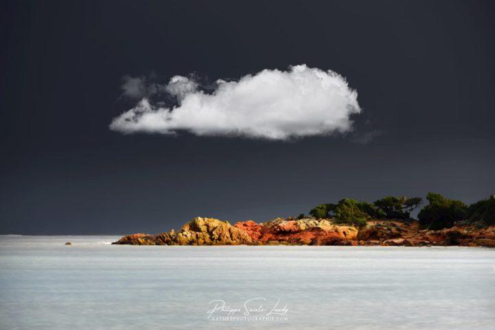 Paysage avec un nuage blanc dans le ciel Corse