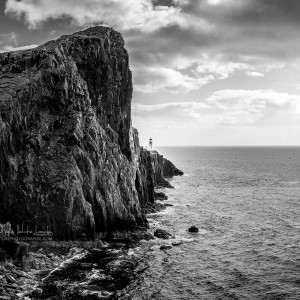 Le phare de Neist Point sur l'île de Skye. Photo noir et blanc