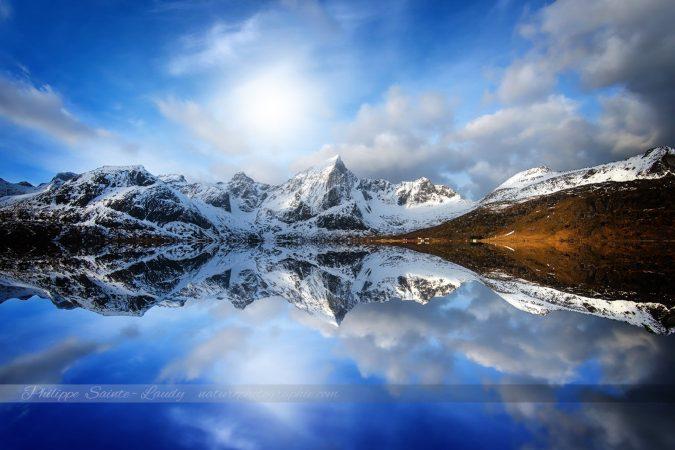 Reflet de montagnes au Lofoten en Norvège