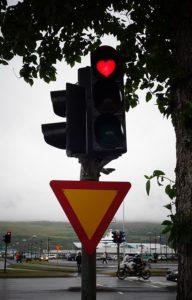 Feu tricolor à Akureyri en forme de coeur
