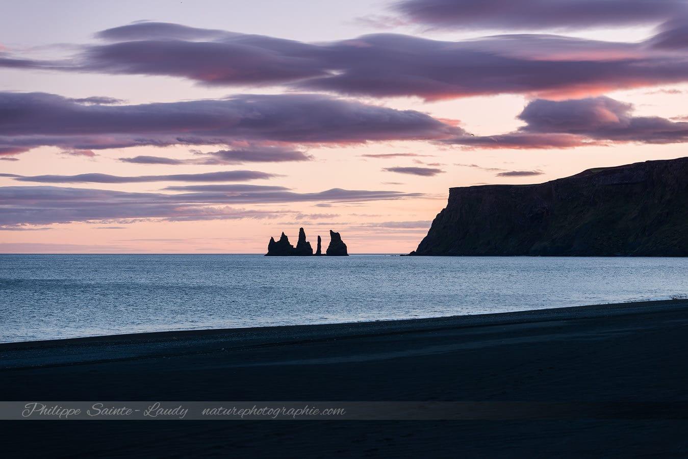 La plage de Vik en Islande avec les Reynisdrangar