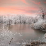 Coucher de soleil sur un étang gelé