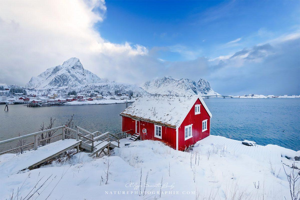 Rorbu sous la neige à Reine en Norvège