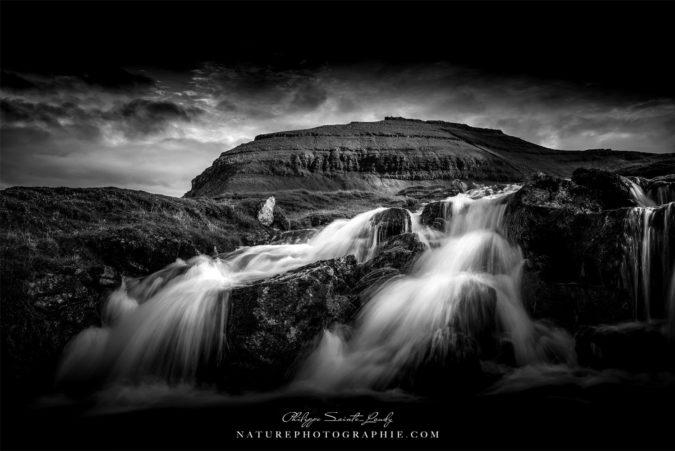 Cascade en noir et blanc sur les îles Féroé