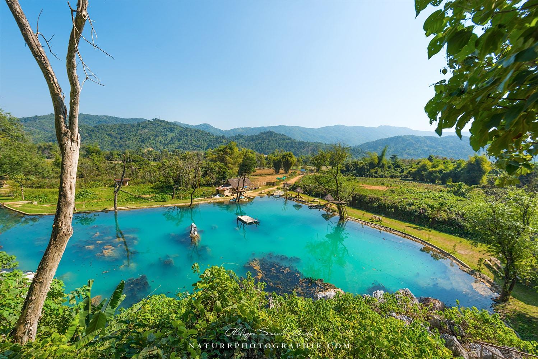 Trou d'eau bleu dans la campagne Laotienne