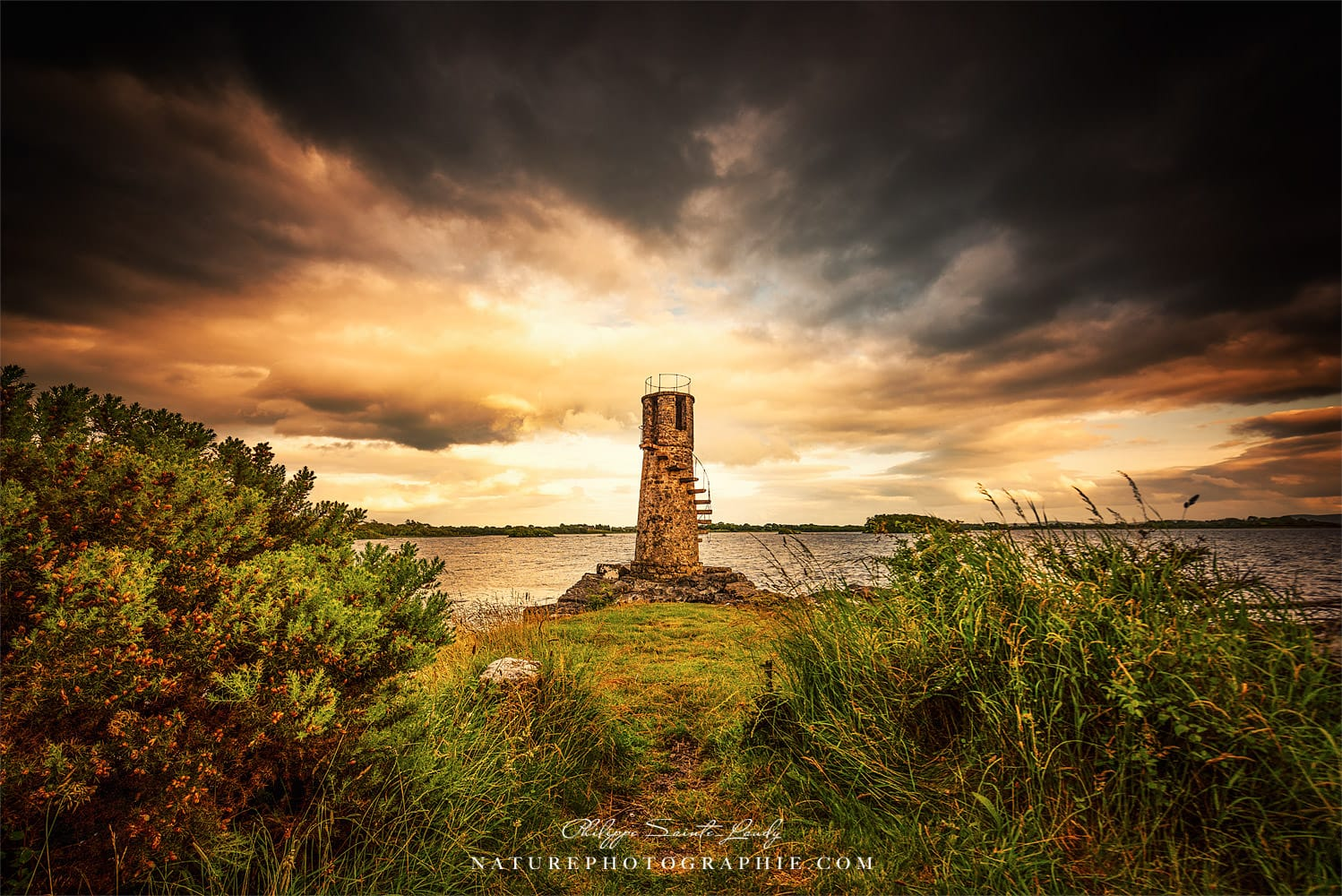 Photo dramatique du phare de Ballycurrin