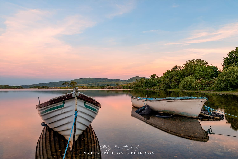Des barques sur un lac dans le Connemara