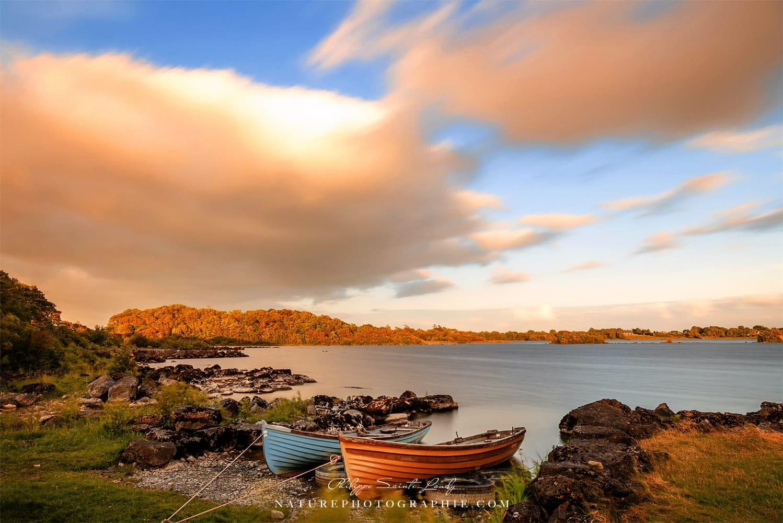 Des barques autour du lac Corrib en Irlande