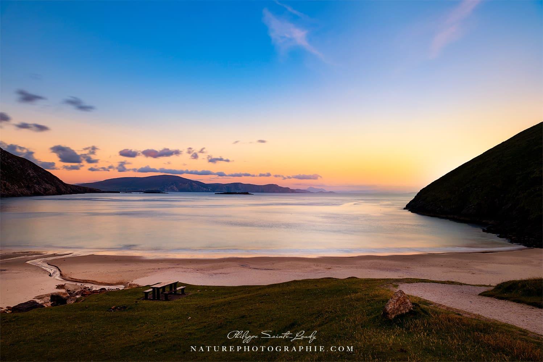 La plage de Keem Bay en Irlande au coucher du soleil