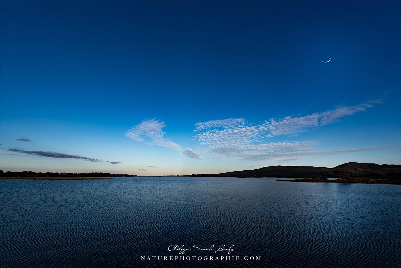Croissant de lune au-dessus du Lac Corrib en Irlande