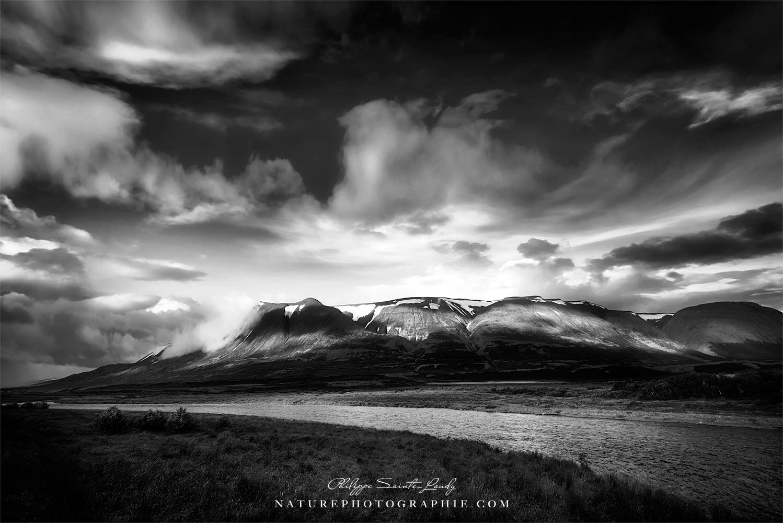 Photo en noir et blanc d'un paysage en Islande