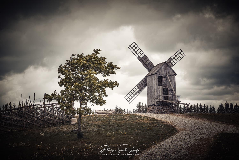 Photo d'un moulin à Angla en Estonie. Ciel chargé et gros nuages