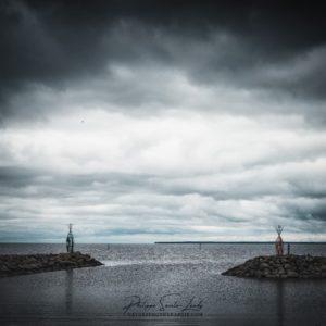 Gros ciel sur l'entrée d'un port de pêche en Estonie - Golfe de Finlande