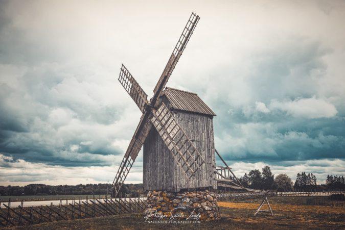 Ciel orageux au-dessus d'un vieux moulin à vent