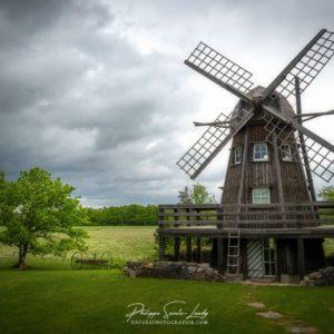 Ciel d'orage derrière un moulin à vent en Estonie
