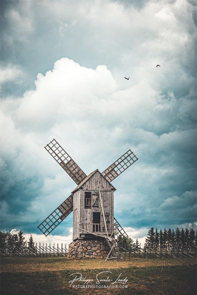 Moulin à vent sur fond de gros ciel