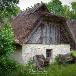 Deux bancs accueillants devant une ferme en Estonie