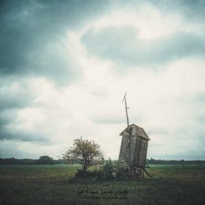 Un vieux moulin perdu dans la campagne en Estonie