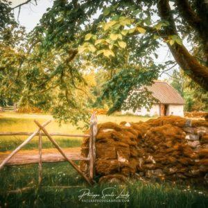 Barrière en bois devant une ferme en Estonie