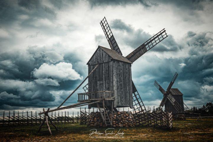 Nuages dans le ciel d'Angla au-dessus des moulins vents