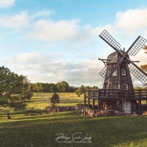 Un moulin d'Estonie à l'heure dorée