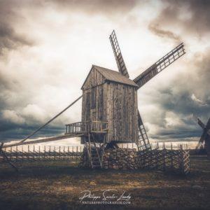 Photo dramatique d'un moulin en Estonie