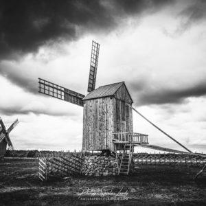 Moulins à vent en noir et blanc à Angla - Estonie
