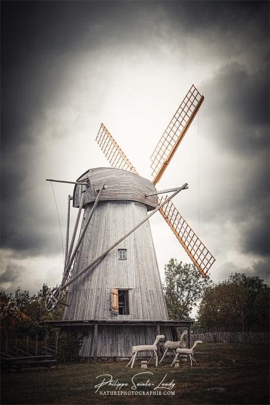 Vieux moulin à vent à Angla en Estonie