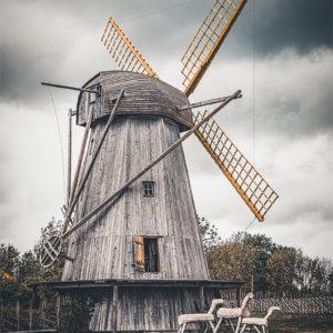 Un ancien moulin à vent sur l'île de Saaremmaa en Estonie