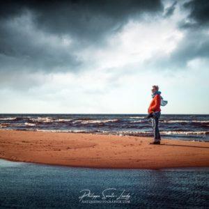 Une fille sur une plage d'Estonie dans le golfe de Finlande