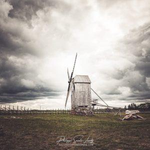 Un moulin à vent dans la lumière