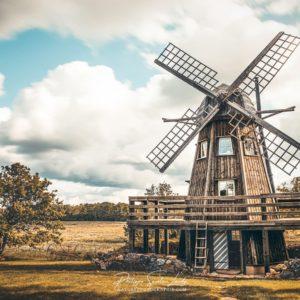Photo d'un moulin en Estonie sur fond de nuages