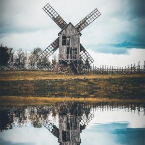 Reflet d'un moulin à vent