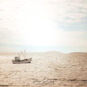 Un bateau de pêche sur la mer Baltique au sud de l'île de Saaremaa en Estonie