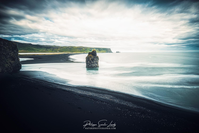 La plage de Reynisfjara est idéalement située au centre de la côte sud, à proximité du village de Vík.