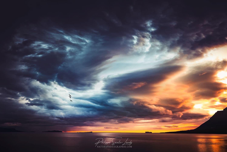 Ciel de coucher de soleil avec un paysage dramatique.