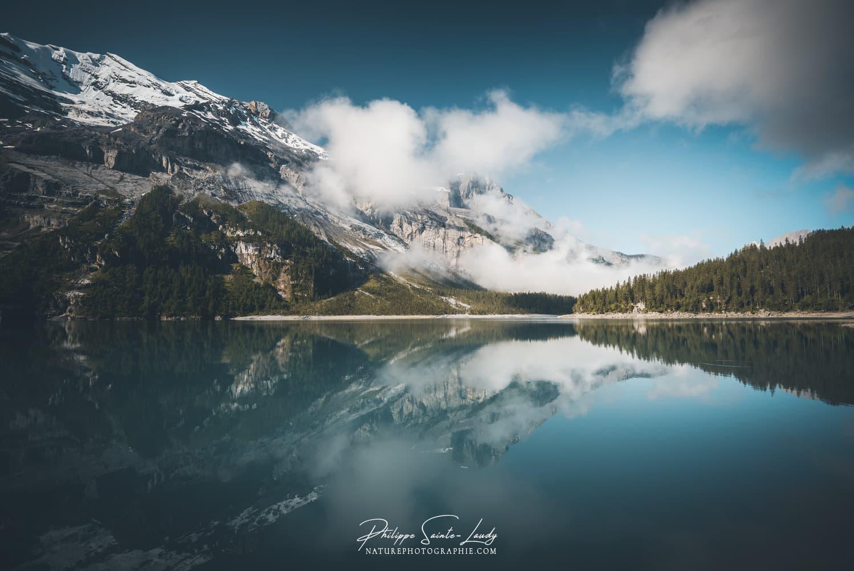 Nuages au-dessus de l'Oeschinensee en Suisse