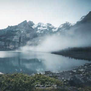 Ambiance brumeuse au lac Oeschinen en Suisse