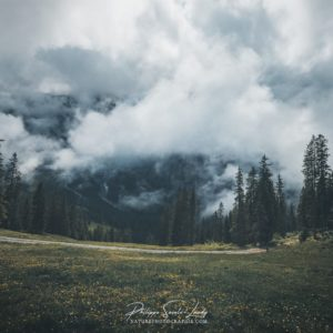 Le brouillard descend dans une vallée Suisse