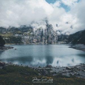 Nuages au lac Oeschinen en Suisse