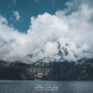 Les nuages semblent flotter au-dessus du lac