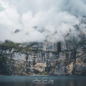 La montagne joue à cache-cache avec les nuages au-dessus de l'Oeschinensee