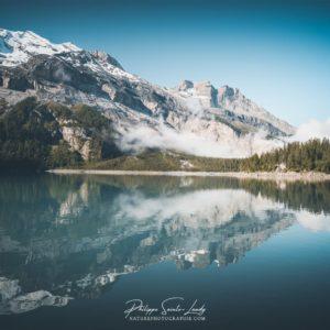 Les montagnes se reflètent dans l'Oeschinensee