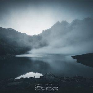 Matin brumeux au lac Oeschinen en Suisse