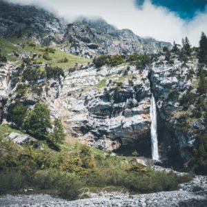 Cascade le long de l'Oeschinensee