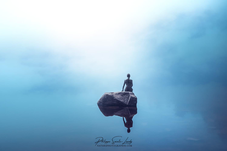 Une sirène assise sur un rocher