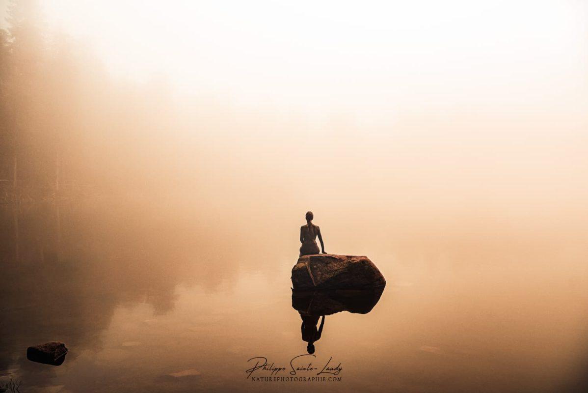 La sirène du lac Mummel dans un brouillard d'automne
