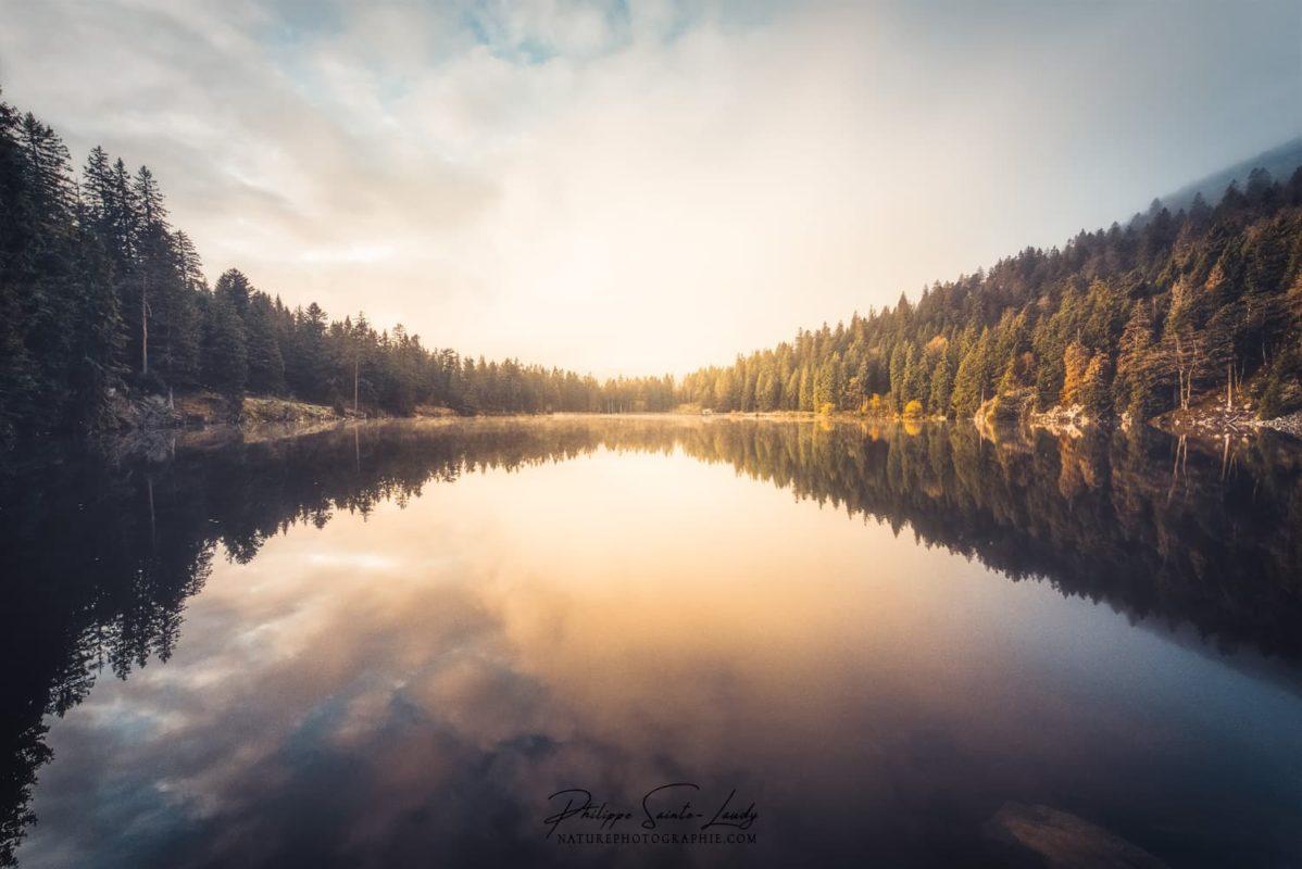 Une lumière jaune envahie le Lac Vert dans les Vosges