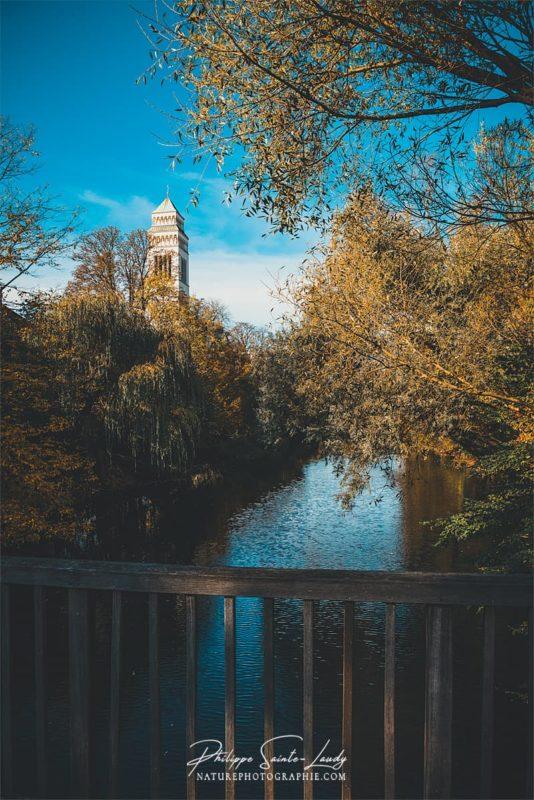 Une église le long de l'eau en automne