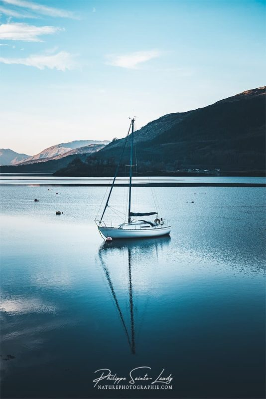 Un voilier sur le Loch Linnhe en Écosse